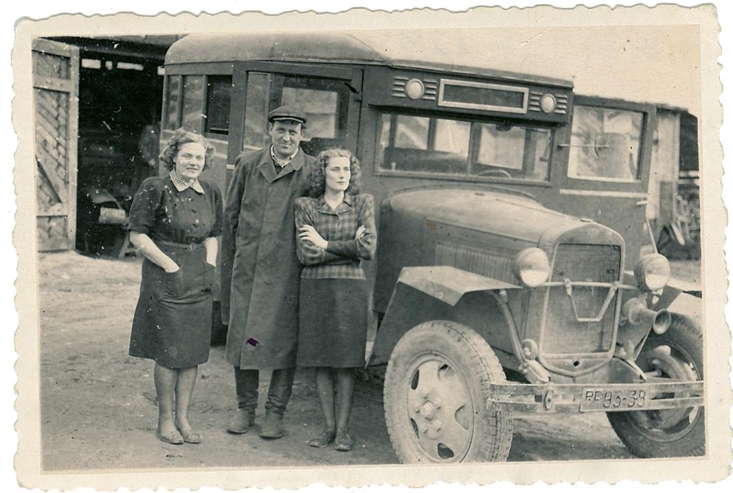 Võru Autotranspordibaasi nr 3 autobuss GAZ-03-30, fotol keskel autobaasi direktor F. Mõistus,1949. a. Foto: Võrumaa Muuseum, VK F 129:3 F/n