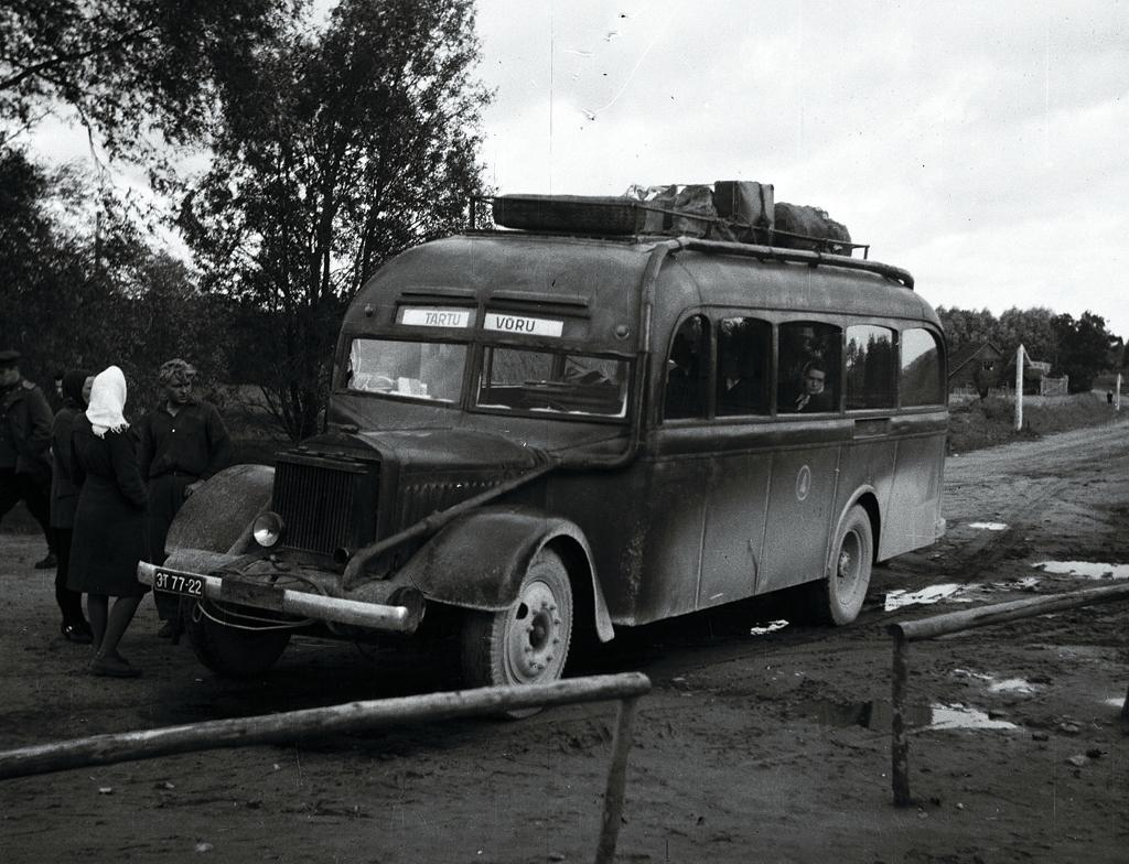Endine TÜ Rooli Mercedes-Benz autobuss Tartu Autotranspordibaasis nr 4 ümber seadistatuna tööks puugaasigeneraatoriga. Tartu-Võru liini avamine, oktoober 1946. Foto: Eesti Filmiarhiiv, Koch, EFA.204.0-608