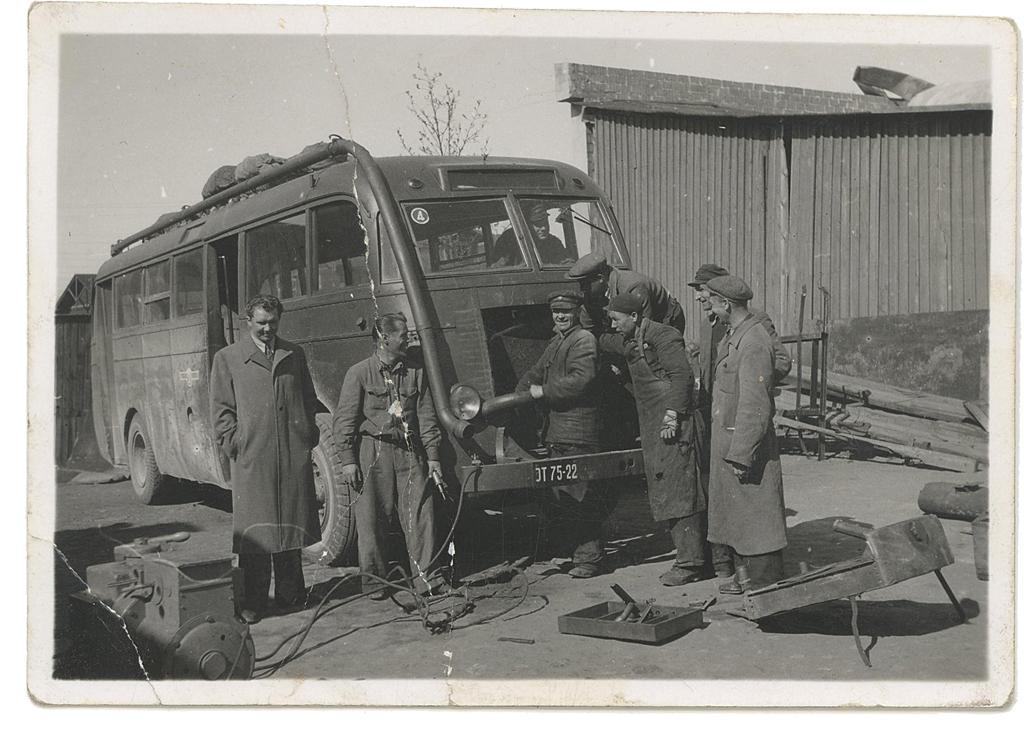 Puugaasigeneraatori paigaldamine sõjaeelsele Tallinna linnaliini autobussile Büssing-NAG Tartu Autotranspordibaasi nr 4 töökojas 1946. aastal. Foto: Vello Tederi kogust