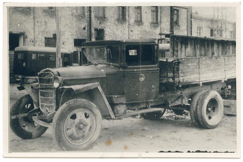 Veoauto GAZ-MM remontfond, taustal autobuss GAZ-03-30 tehase hoovil, 1950. a. Foto: Tehase arhiiv