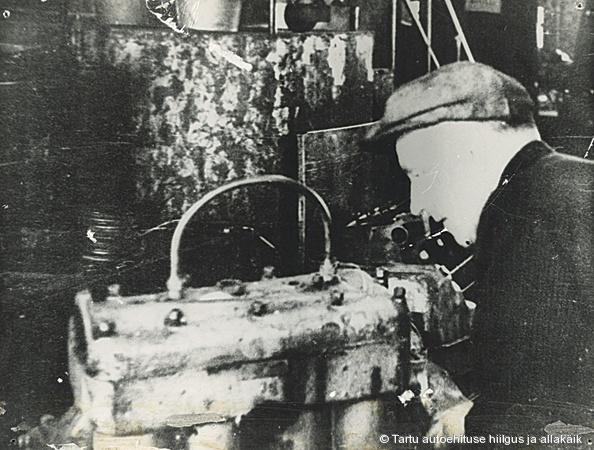 GAZ-MM mootori kapitaalremont individuaalmeetodil Riia tn mootoriosakonnas 1950ndate alguses, pildil mootorilukksepp August Tõns. Foto: Tehase arhiiv