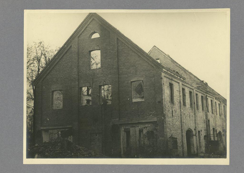 V. Rosenbergi bussiettevõtte Rool remonditöökoja varemed Riia ja Filosoofi tn nurgal, 1945. a. Foto: Eesti Ajaloomuuseum, AM F 3660:118