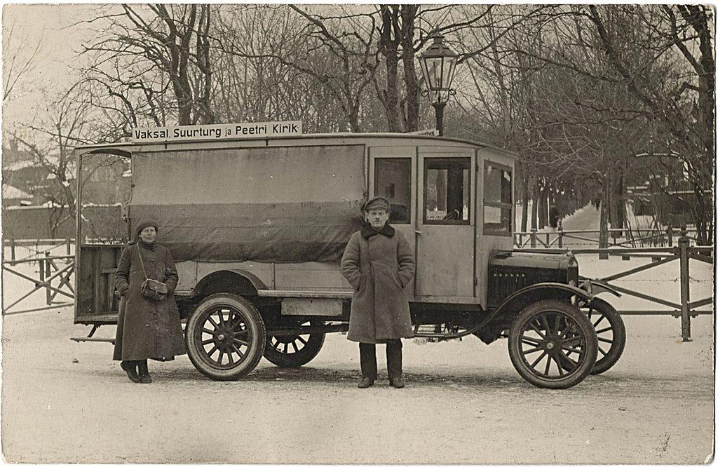Üks esimestest Fordi alusele ehitatud autobussidest (nr 2) Tartus liinil vaksal-Suurturg-Peetri kirik, 1920ndate algus. Foto: Andrus Rüütli kogust