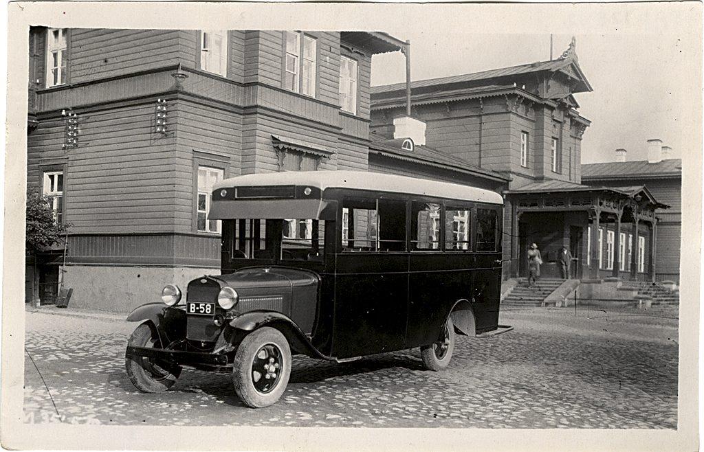 Fordi alusel autobuss Tartu raudteejaamas, 1920ndate lõpp. Foto: Tartu Linnamuuseum, TM F 128:12