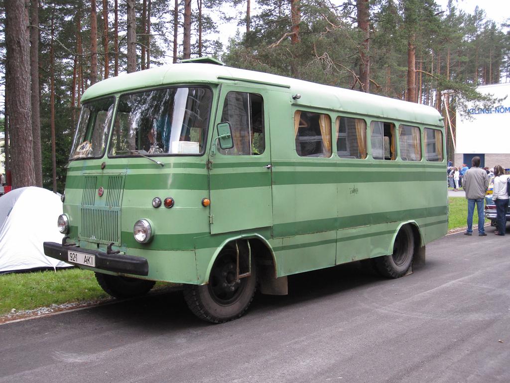 Vanasõidukite Suursõit 2010 – Jaanitule teekond, peatus Kilingi-Nõmmel. Foto: Tarvo Puusepp