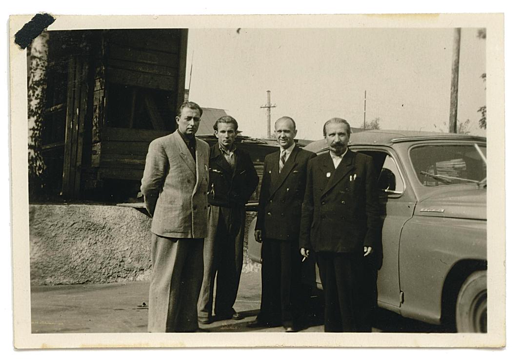 Külas Riias RAFi tehases, 1950ndate algus. Fotol vasakult: E. Rohumaa, J. Logina, V. Teder ja direktor Karl Sisko. Taustal direktori Pobeda.