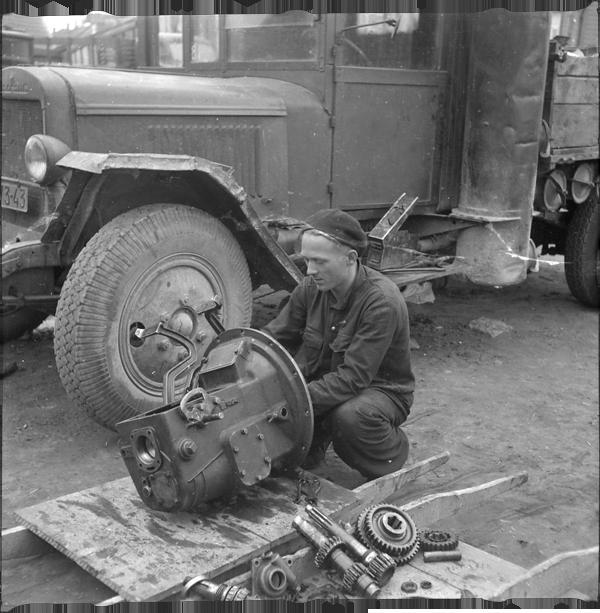 0b6d804ab33 Autobussi ZiS-8 käigukasti remont Riia tn töökoja hoovil, 1950. Foto:  Leopold Matt, Eesti Rahva Muuseum, ERM Fk 2994:1181