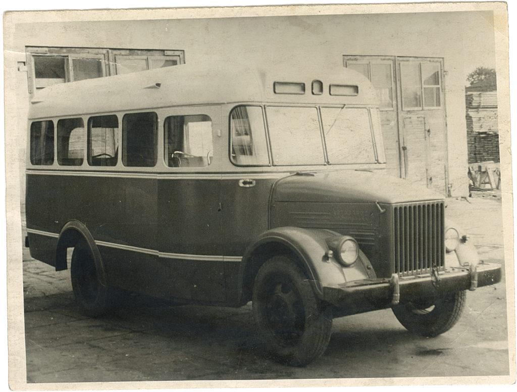 Esimene partii Tartus valmistatud GZA-651 autobusse tehase hoovil Riia tänaval, 1954. a. Foto: Vello Tederi arhiivist.