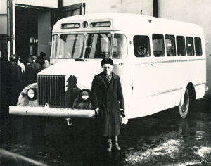 Esimene pika kerega autobuss TA-1A ja puusepp Oskar Alla, 1955 kevad.