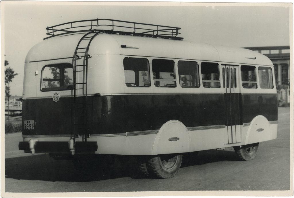 Autobussi TA-6 esimene katsemudel 1955. a mais Tartus. Foto Vello Tederi arhiivist.