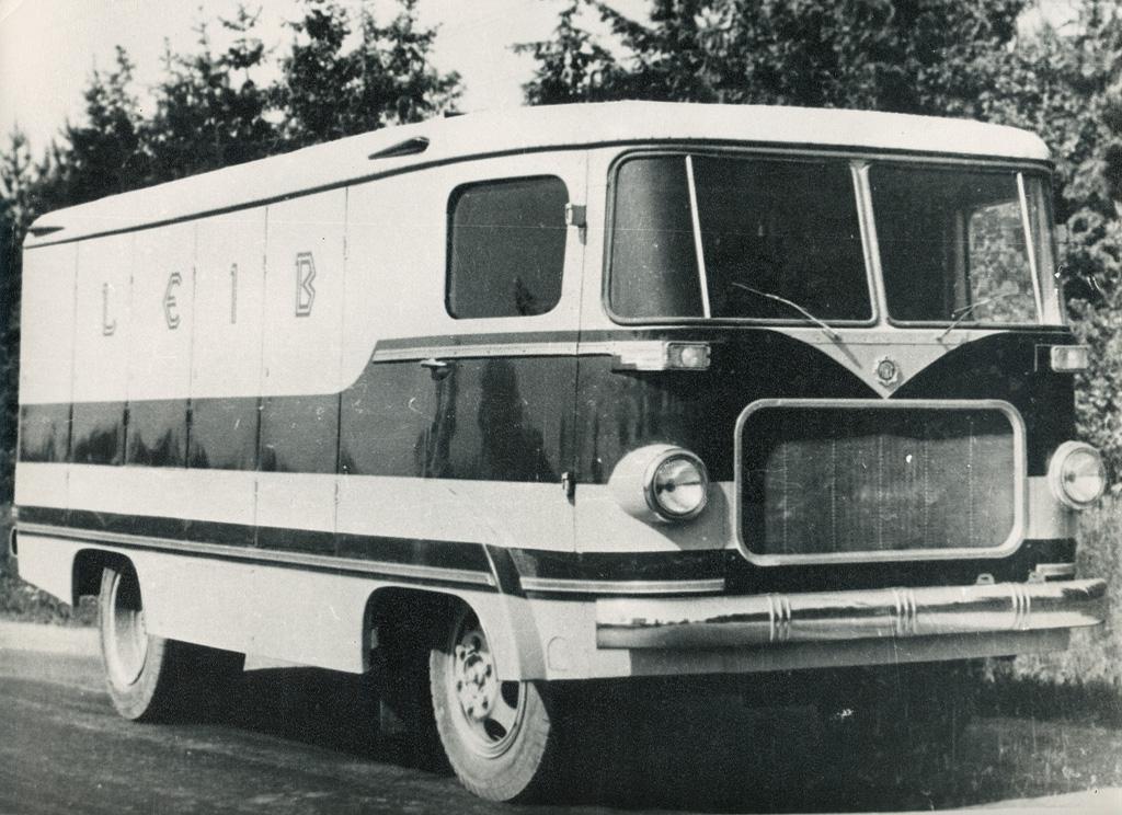 Esimene pagaritoodete veoks mõeldud furgoon, valmistatud autobussi TA-6 baasil. Foto Tartu ARKT arhiiv.
