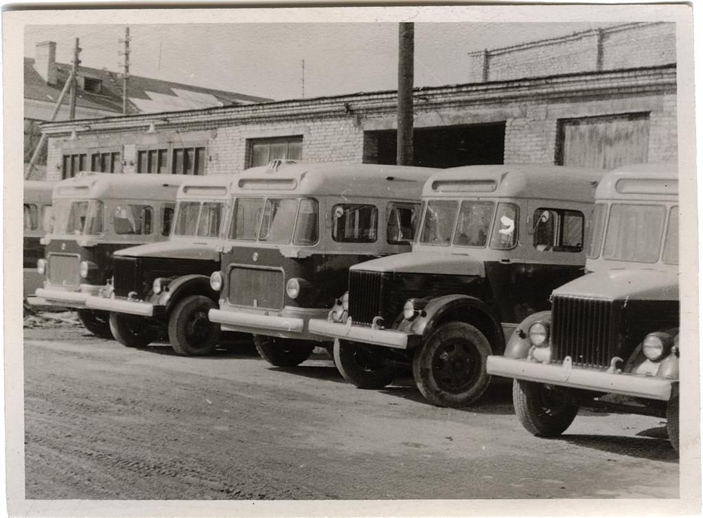 GZA-651 ja TA-6 autobusside Tartus Riia tänaval tehase hoovil. Foto: Tartu Linnamuuseum, TM F 431:9