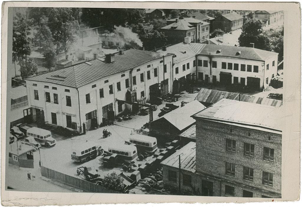 Tehase hoov Riia ja Filosoofi tänava nurgal, paremal valmimas uus peahoone, 1954. a. Foto: TARKT arhiiv.