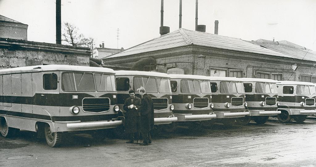 TA-9 leivaautod tehase hoovil. Foto: Eesti Maanteemuuseum, EMM F 180:8