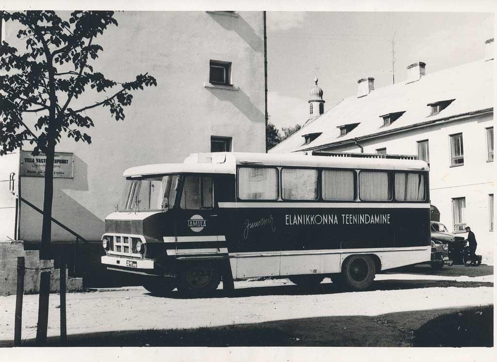 Võru teeninduskombinaadi Tamula juuksuribuss kombinaadi hoovil, 1965. a Foto: G. Varusson, Võrumaa Muuseum, VK F 295:6 F